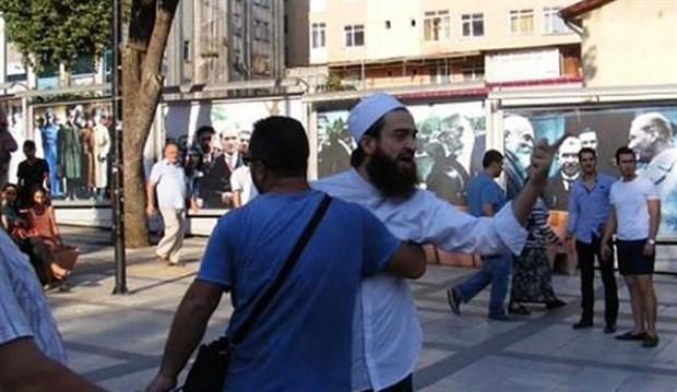 """""""Yahudi müziği çalmayın"""" diyerek sokak müzisyenlerine saldırdılar"""