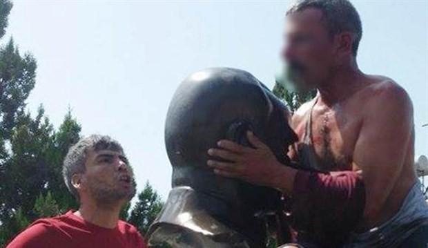 Zorla Atatürk büstünü öptürüp linç etmeye kalktılar