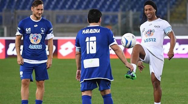 Maradona, Totti ve Ronaldinho paslaşması herkesi büyüledi