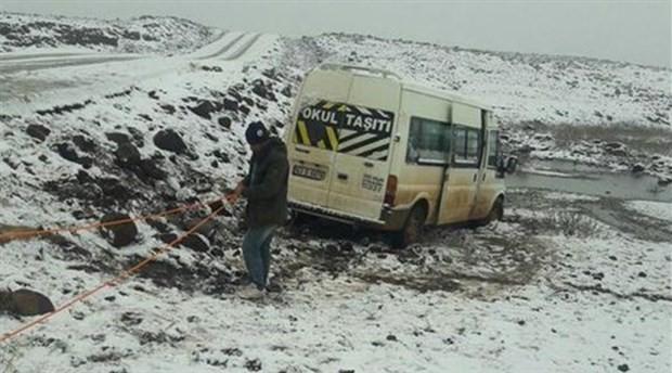 Öğrenci servisi kar nedeniyle yoldan çıktı!