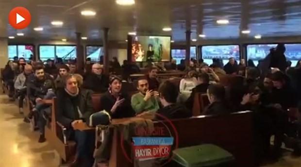 Vapurda 'Hayır' şarkısı söyleyen gençlere gözaltıyı yolcular engelledi!