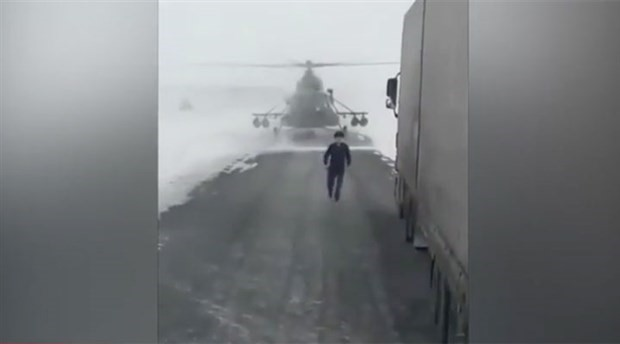 Yol sormak için helikopter indirdi!