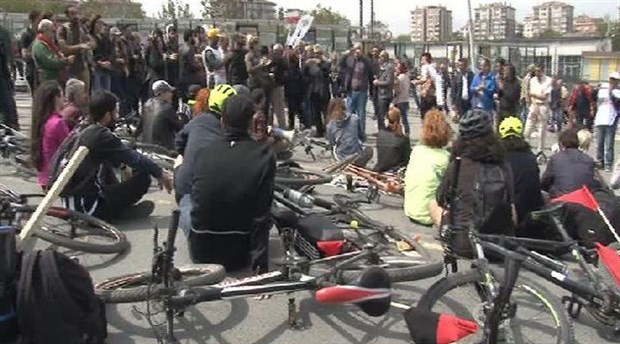 1 Mayıs alanına alınmayan bisikletliler oturma eylemi yaptı