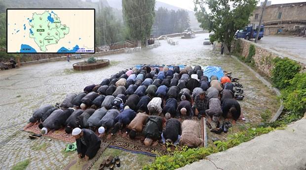 Yağmur duasına çıkan bir grup yağmura yakalandı