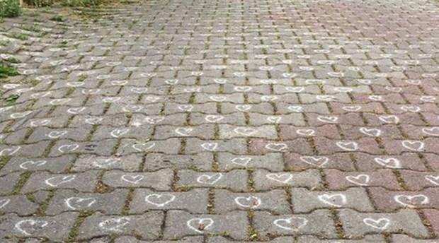 Sosyal medya parke taşlarına kalp çizen gizemli kişiyi arıyor