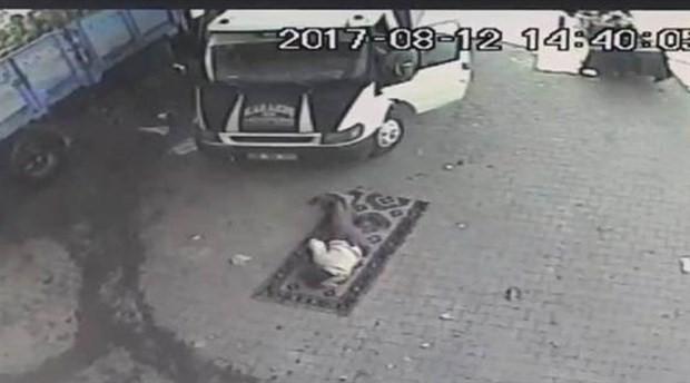 Uyurken üzerinden kamyonet geçen sürücü yaşamını yitirdi