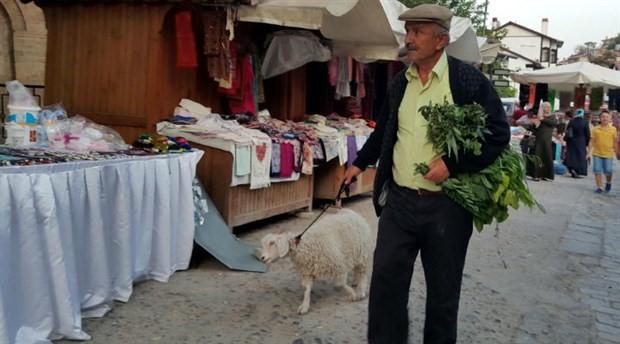 Torununun adını verdiği oğlağıyla çarşı pazar geziyor