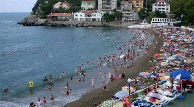 Halk plajında iki kadın bira içtikleri için karakola götürüldü