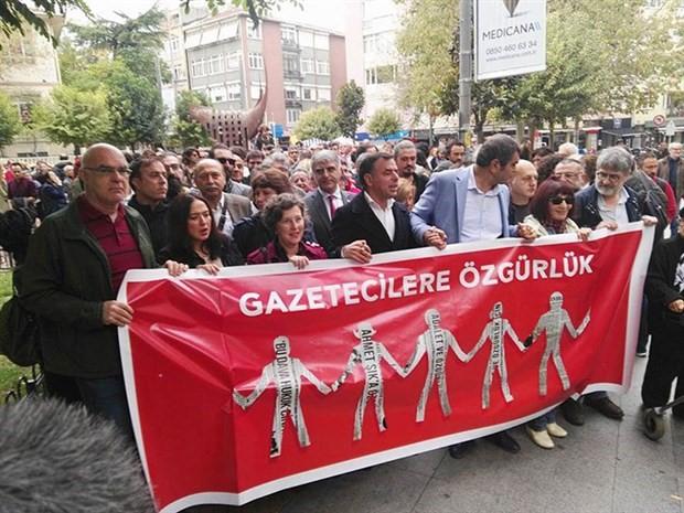 Gazeteciler, tutuklu meslektaşları için yürüyor