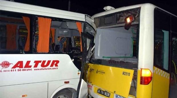 Havalimanı işçilerini taşıyan servis kaza yaptı: Yaralılar var
