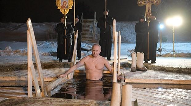 Putin, Epifani bayramında buz tutmuş gölde suya girdi