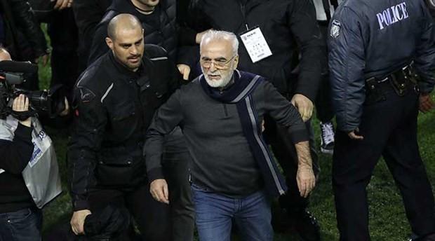Silahla sahaya girip hakemlerin üzerine yürümüştü: PAOK Başkanı özür diledi