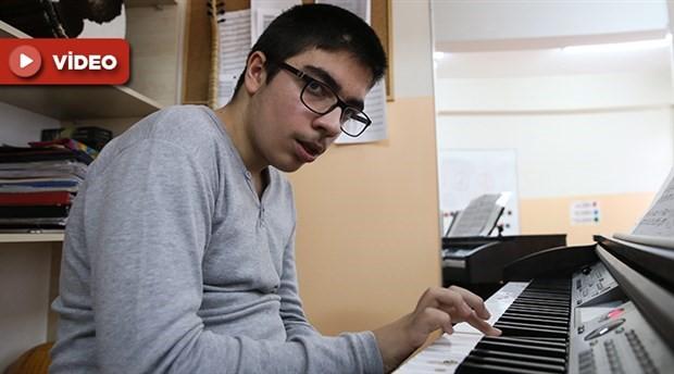 14 yaşındaki otizmli Azat Çalğın, piyano yeteneğiyle büyülüyor
