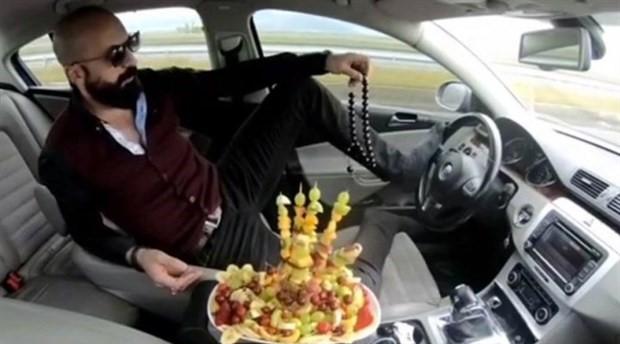 Ayağıyla otomobil kullanıp, meyve yiyen kişi gözaltına alındı