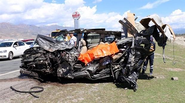 Halk otobüsü ile hafif ticari araç çarpıştı: 3 ölü, 15 yaralı