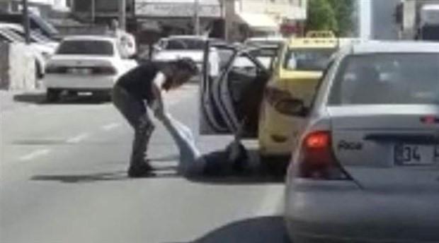 Yolcusunu bacaklarından sürükleyerek dışarıya atan taksici gözaltına alındı