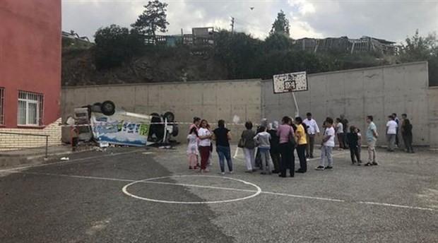 Kontrolden çıkan minibüs okulun bahçesine düştü