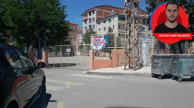 Camilerden sonra şimdi de okullara AKP afişi