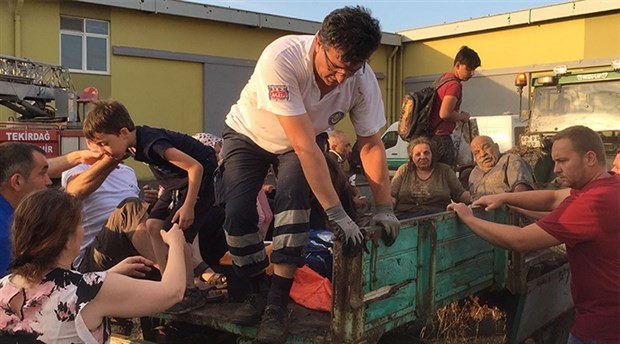 Tren faciasında yardıma koşan köylüler:25 traktörümüzle tek yürek olduk