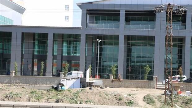 Seçim öncesi inşaatı bitmeden açılışı yapılan hastanede doktor ve ekipman yok