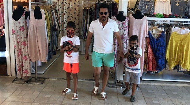 Çocuklarına oyuncak silah alan şarkıcı Emre Altuğ'a tepki