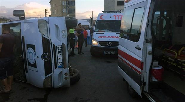 Fındık işçilerini taşıyan minibüs devrildi: 22 yaralı