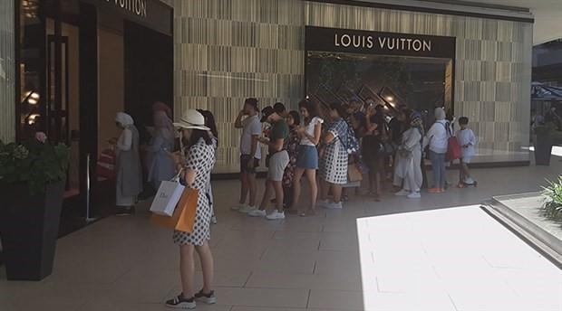 Türk Lirası değer kaybetti turistler lüks mağazalara akın etti