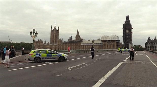 İngiltere'de parlamento binası bariyerlerine çarpan sürücü tutuklandı