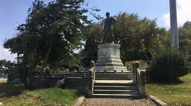 İlk Atatürk heykelini çeviren metal paravanlar kaldırıldı
