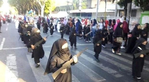 Endonezya'da anaokulu çocukları törende peçeli ve 'silahlı' yürütüldü