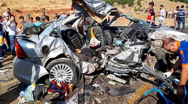 Kamyonet ile otomobil çarpıştı: 6 ölü, 8 yaralı