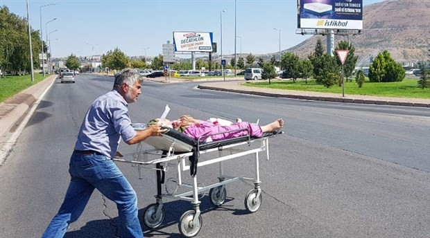 Sedyeyle hastaneye taşınan kadın öldü