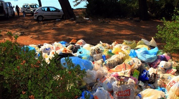 Bayram tatilinin ardından Muğla sahilleri çöp yığınları ile baş başa kaldı