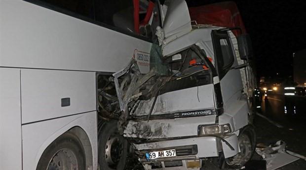 Emniyet şeridinde bekleyen arızalı otobüse kamyon çarptı