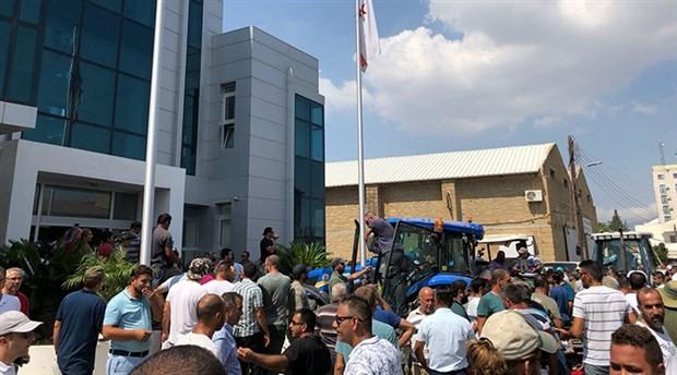 KKTC'de üreticiler, zamlar nedeniyle traktörleriyle bakanlığı bastı