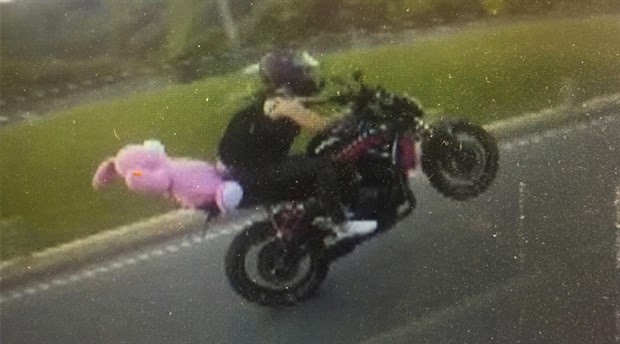 Motosikletin önünü kaldırarak giden sürücü gözaltına alındı