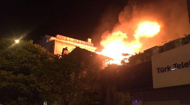Alevler 2 asırlık ahşap binayı küle çevirdi
