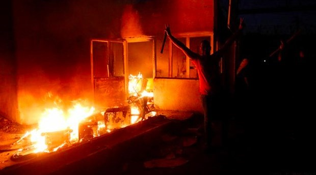 Basra'da İran Konsolosluğu ateşe verildi