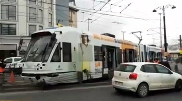 Beyazıt'ta tramvay turistlere çarptı