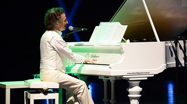Timur Selçuk'tan coşkulu 50. yıl konseri