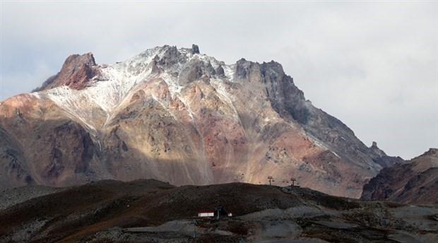 Erciyes Dağı'na mevsimin ilk karı yağdı