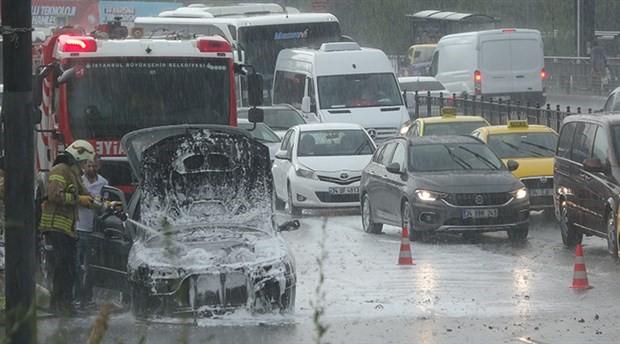 Beyoğlu'nda seyir halindeki otomobil yandı