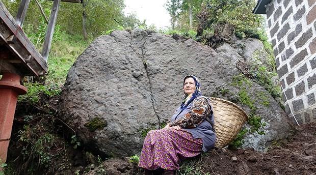 Yamaçtan kopan dev kaya, evin yanına düştü