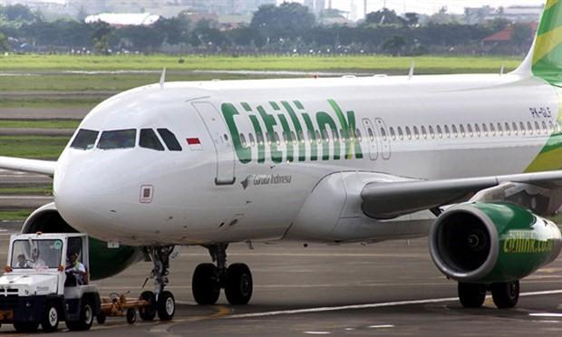 Endonezya'da bir kadın kaçırdığı uçağın arkasından koştu