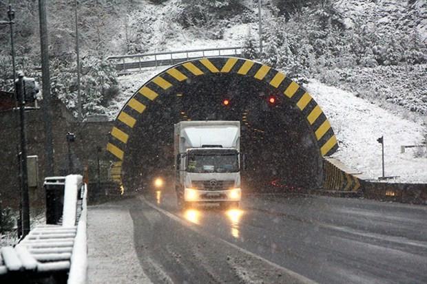 Bolu'da yoğun kar ulaşımı yavaşlattı