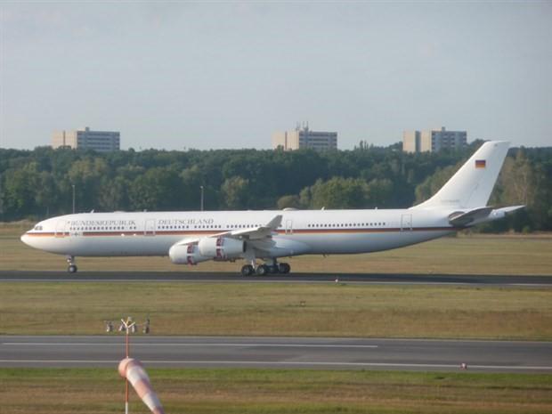 Merkel'in uçağı acil iniş yaptı