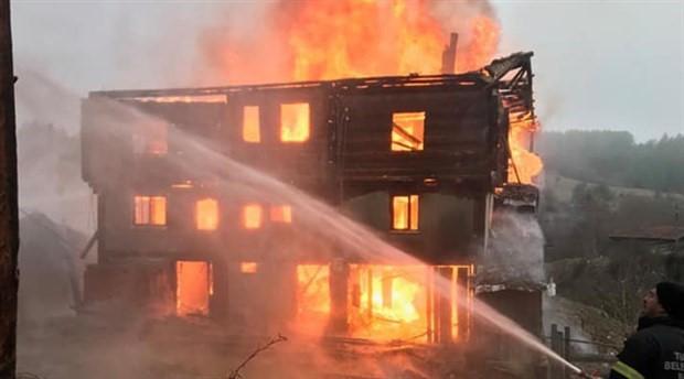 Kastamonu'da 3 katlı ahşap ev yandı