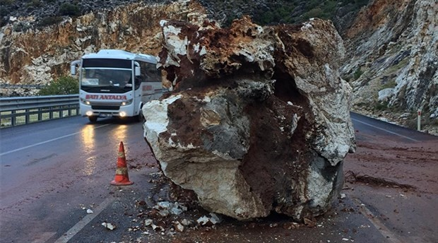 Demre- Kaş karayoluna kaya düştü