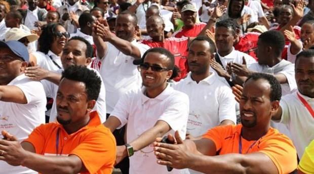 Etiyopya'da binlerce kişi, otomobillerini bırakıp yürüdü