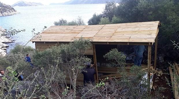 Kekova'daki kaçak bungalovlar yıkıldı